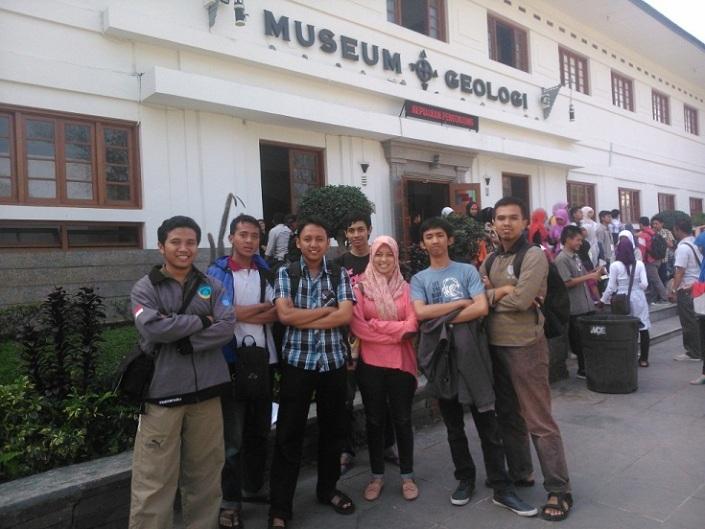 Di Depan Museum Geologi