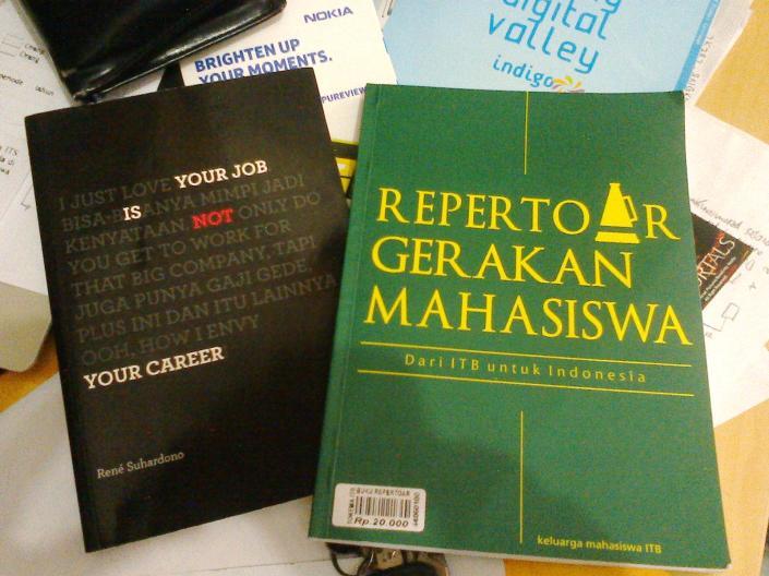 Cover Depan Buku Repertoar Gerakan Mahasiswa (Yang Hijau)